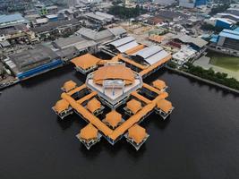 jakarta, indonesia 2021- veduta aerea con drone della spiaggia di muara angke con barche di legno appoggiate al molo foto