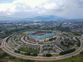 bogor, indonesia 2021 - veduta aerea del più grande stadio stadio pakansari da drone con nuvole e tramonto foto