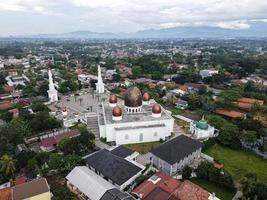depok, indonesia 2021- panorama della moschea del centro nurul mustofa, vista della più grande moschea di depok foto
