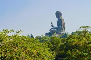 gigantesca statua del buddha a hong kong, cina foto