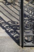 ombre della recinzione metallica sul terreno foto