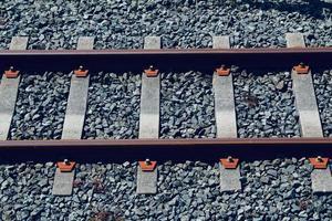 binari del treno nella stazione foto