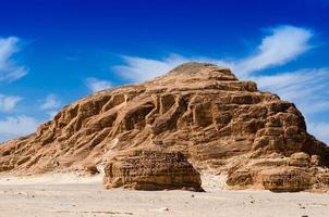 grande collina rocciosa foto