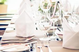 tavolo da pranzo allestito nel ristorante dell'hotel foto