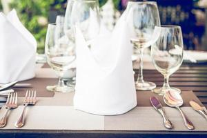tavolo da pranzo allestito nel ristorante dell'hotel. foto