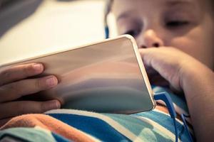 primo piano del bambino che utilizza smartphone