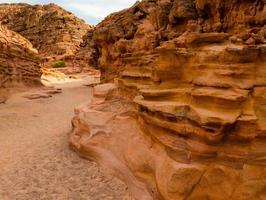 primo piano delle rocce di un canyon foto