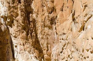 parete di una montagna rocciosa foto