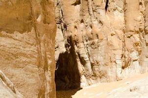 piccola grotta nella roccia foto