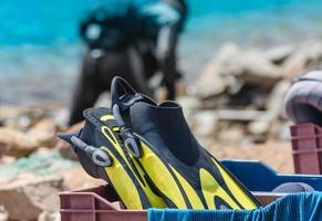 attrezzatura subacquea in una cassa foto