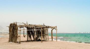 capanna di legno sulla spiaggia foto