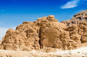 montagne rocciose nel deserto foto