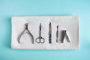 strumenti per manicure e cura delle unghie su sfondo blu foto