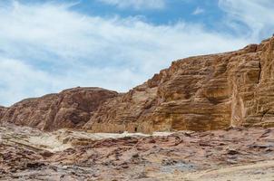 alte montagne rocciose e cielo blu con nuvole bianche foto