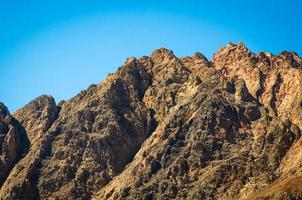 picchi di montagne rocciose foto