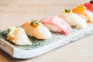 punto di messa a fuoco selettiva sul rotolo di sushi