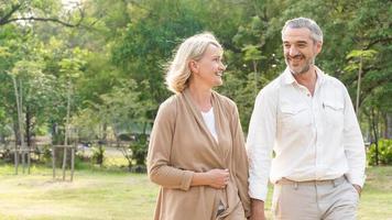 coppia matura che cammina in un parco