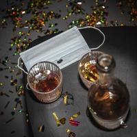 tavolo con maschera facciale alcolica