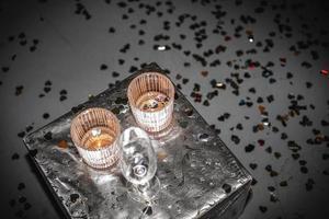 tavolo con maschera facciale alcolica foto