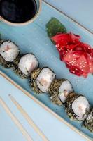 involtini di sushi conditi con salsa al sesamo foto