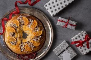 vista dall'alto il giorno dell'epifania dessert con arance di abete rosso foto