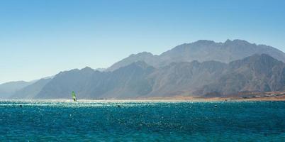 montagne rocciose vicino al mare foto