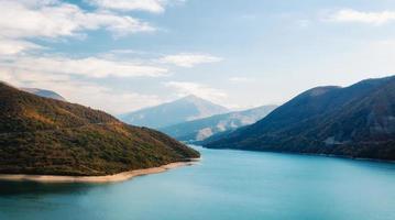 paesaggio autunnale di montagne e lago foto