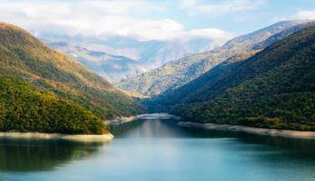 nuvole sopra un fiume e montagne foto