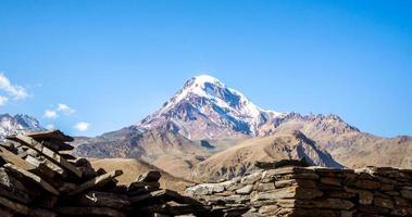 cima di una montagna innevata foto