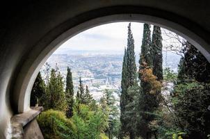 panorama della città di tbilisi foto