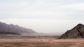 vista del deserto con le montagne foto