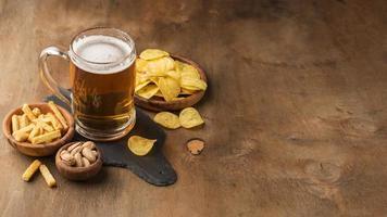 disposizione degli spuntini della birra ad alto angolo foto