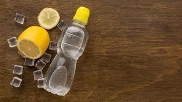 acqua in bottiglia di plastica con limone foto