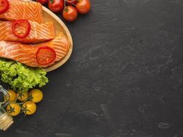 tavola di legno di color salmone piatto laici foto