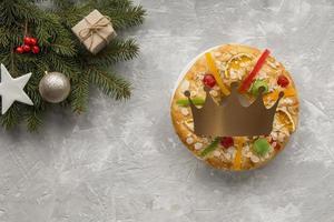 spagnolo epifania torta roscon de reyes sfondo bianco copia spazio foto