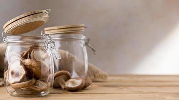 vista frontale di funghi in barattoli trasparenti con spazio di copia foto