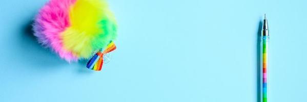 penna multicolore su sfondo blu foto