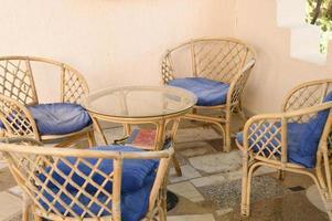 sedie in legno di vimini e tavolino per rilassarsi e socializzare foto
