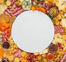 tagliere di salumi con piatto vuoto al centro foto