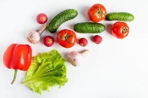 verdure fresche su uno sfondo bianco foto