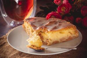 torta fatta in casa su un piatto bianco foto