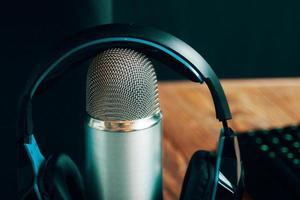 programma radiofonico o concetto di podcast audio con computer impostato per l'intervista foto