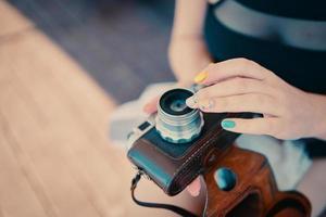 macchina fotografica d'epoca in mano foto