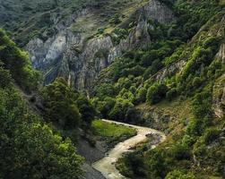 montagne e fiume con un paesaggio panoramico in Georgia, nella regione di Khevsureti foto