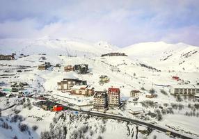 gudauri, georgia 2020- panorama del villaggio di gudauri con sfondo della stazione sciistica dalla prospettiva aerea foto