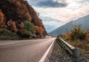 strada attraverso un paesaggio autunnale foto