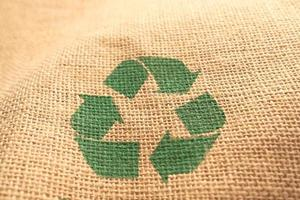 frecce riciclate firmano su un sacco di iuta foto