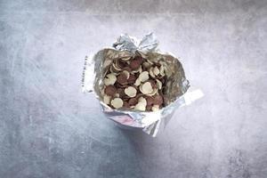 vista dall'alto di fiocchi di mais di cereali in un sacchetto foto