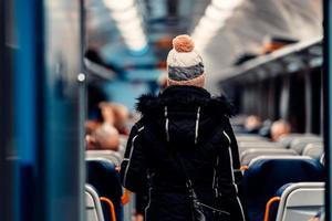 giovane passeggero in uno scompartimento di un treno notturno