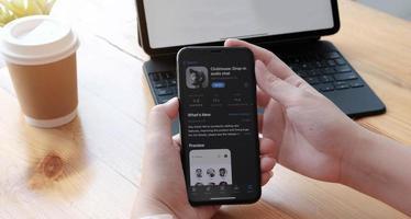 chiang mai, thailandia 2021 - persona che utilizza l'app clubhouse sullo smartphone